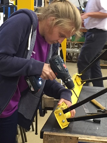 Becksy putting additional supports on the axle stands 350 pixels